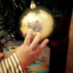 bola-arbol-navidad-mano-bebe