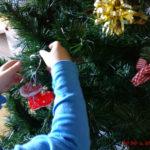 arbol-navidad-manos-nino