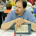 """Víctor """"mastereando"""" a cinco niños en Pequeños Detectives de Monstruos."""