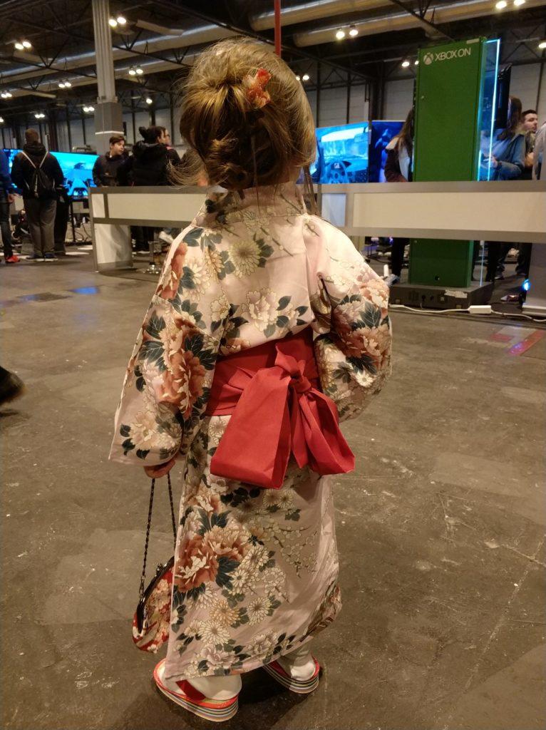 La espalda de una preciosa japonesa con ropa tradicional