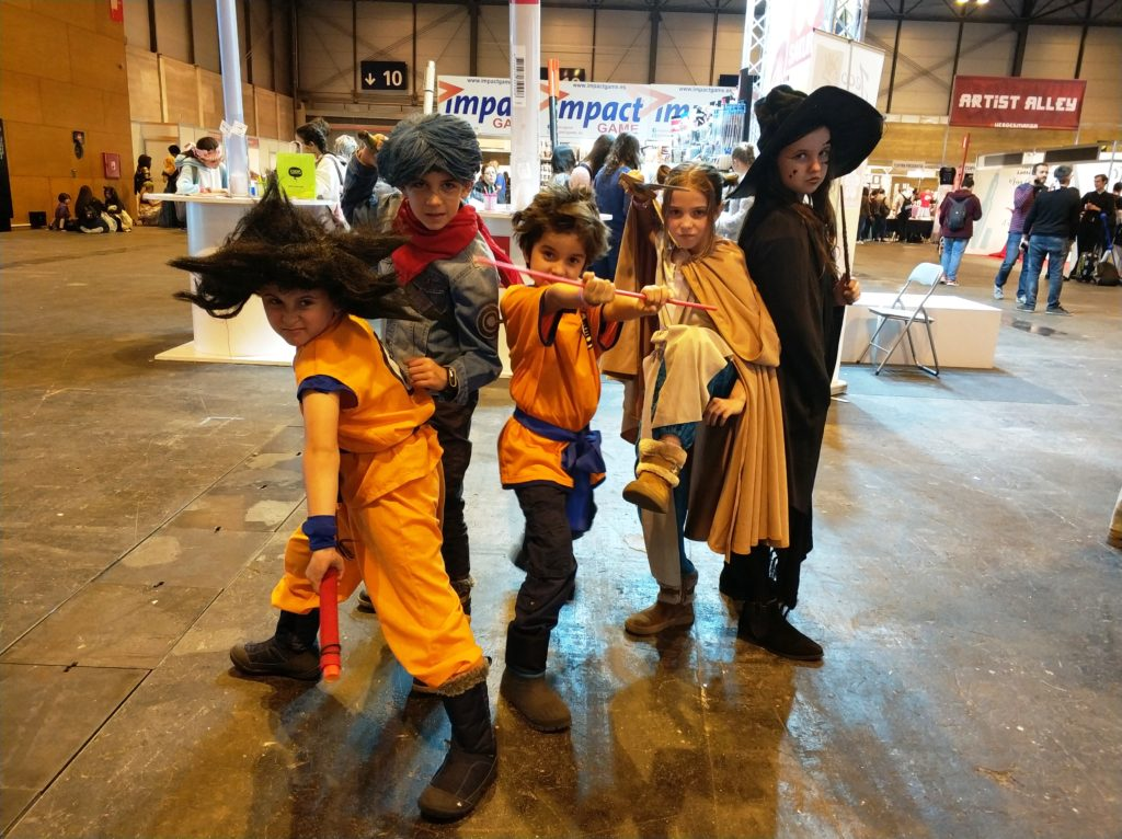 Grupo de pequeños cosplayers dispuestos a lo que sea necesario