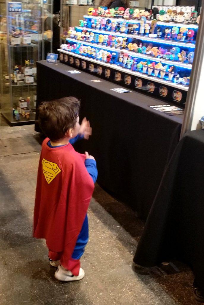 Pequeño Superman echando el ojo a un stand