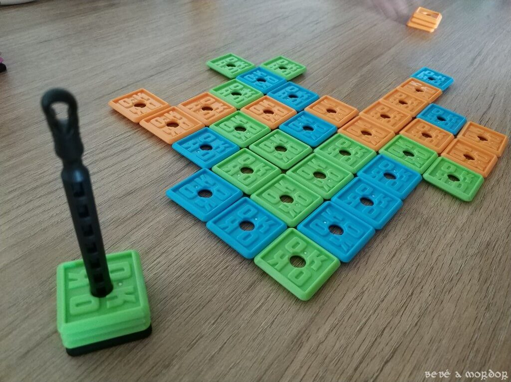 Naranja gana la partida de 5 en raya con el juego de mesa OK Play