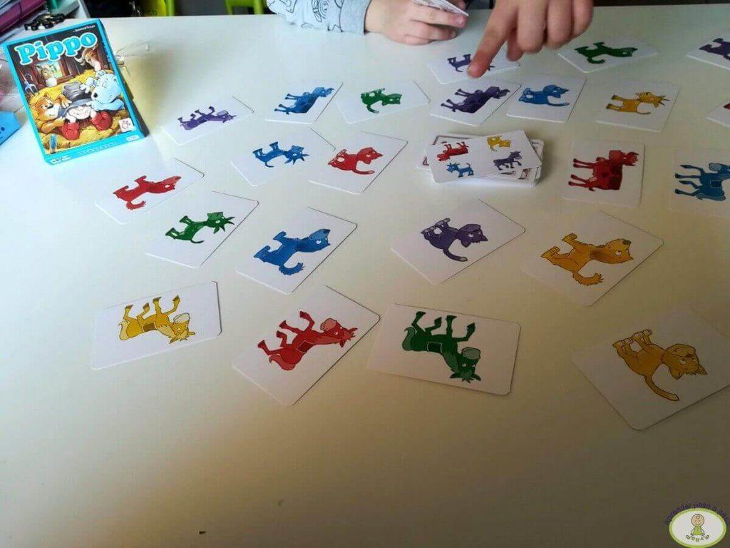 Jugando al juego de mesa para niños Pippo
