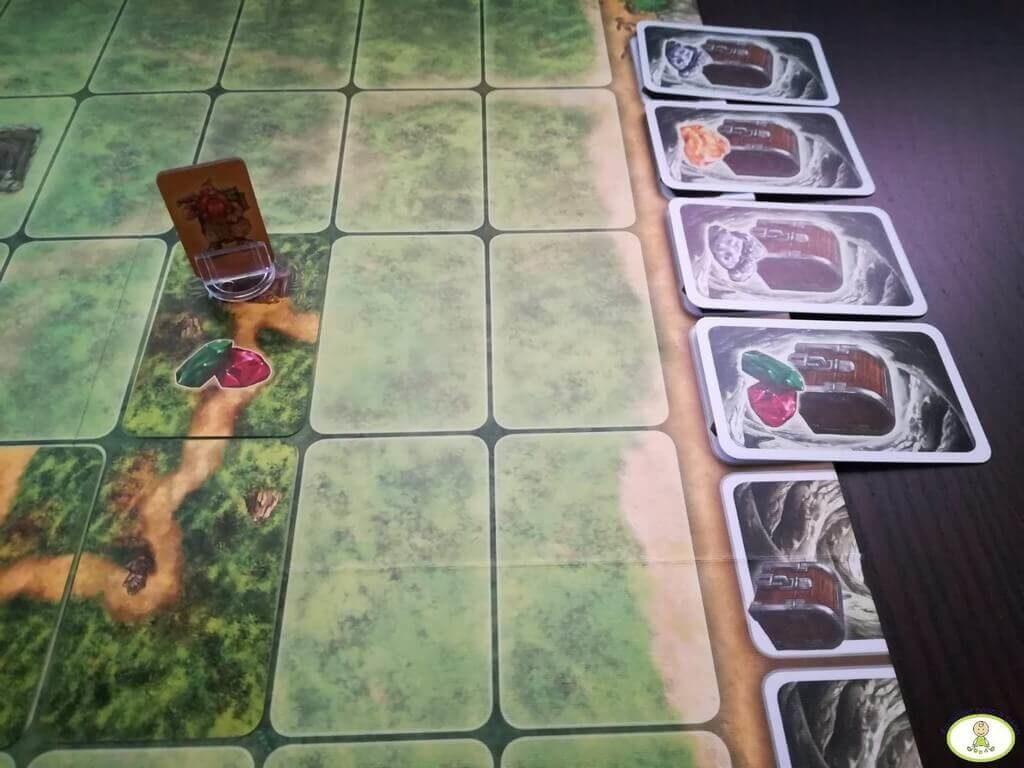 un enano llega a una mina y le da la vuelta en SAboteur de tablero