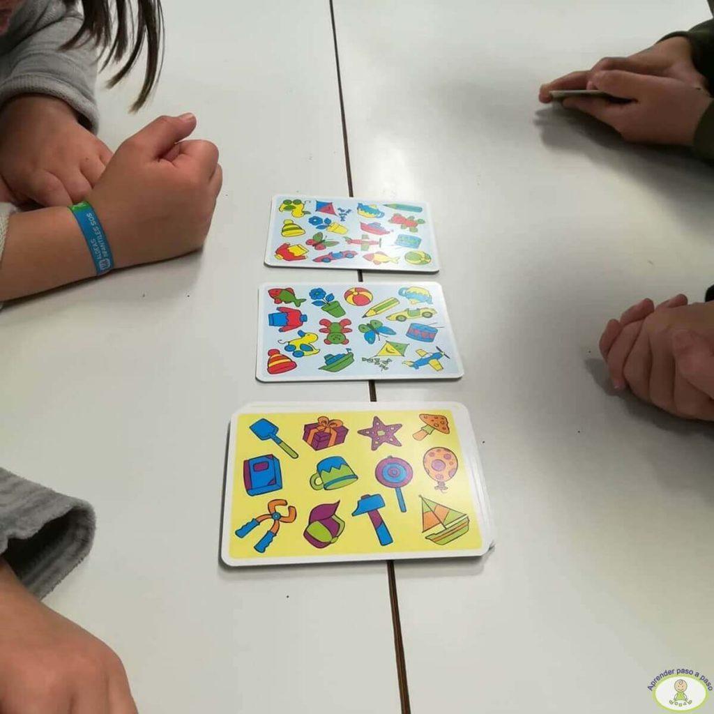 juego de mesa en el aula con las cartas de El Osito Curioso