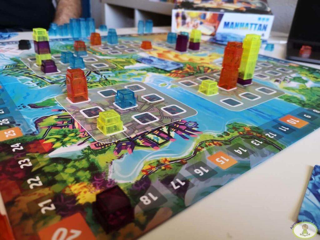 Jugando al juego de mesa Manhattan