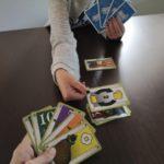 Frenetic Village 5 un jugador echa una carta de acción sobre la pila de descartes de otro jugador