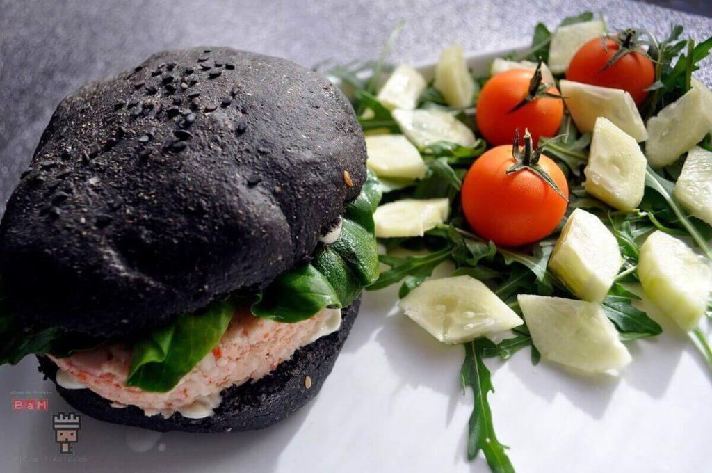 hamburguesa de pescado con pan negro de hamburguesa