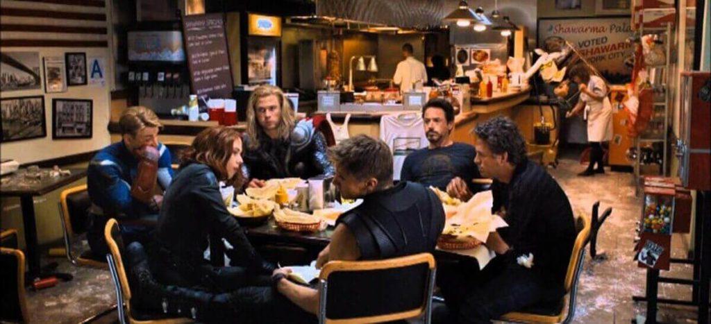 Escena de Los Vengadores en un restaurante comida rápida cocina friki