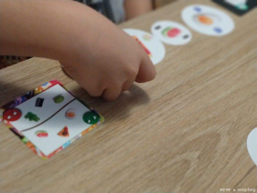 eligiendo cartas juego Chuches