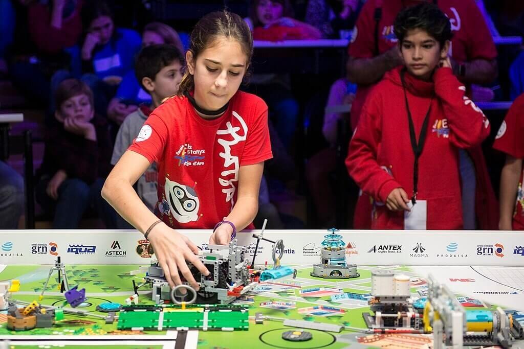 niña manipulando robot