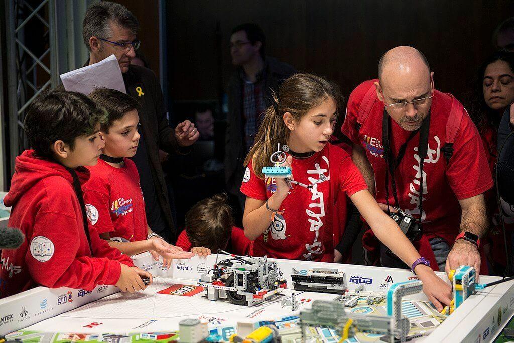 participantes del equipo y entrenador en la First LEGO League