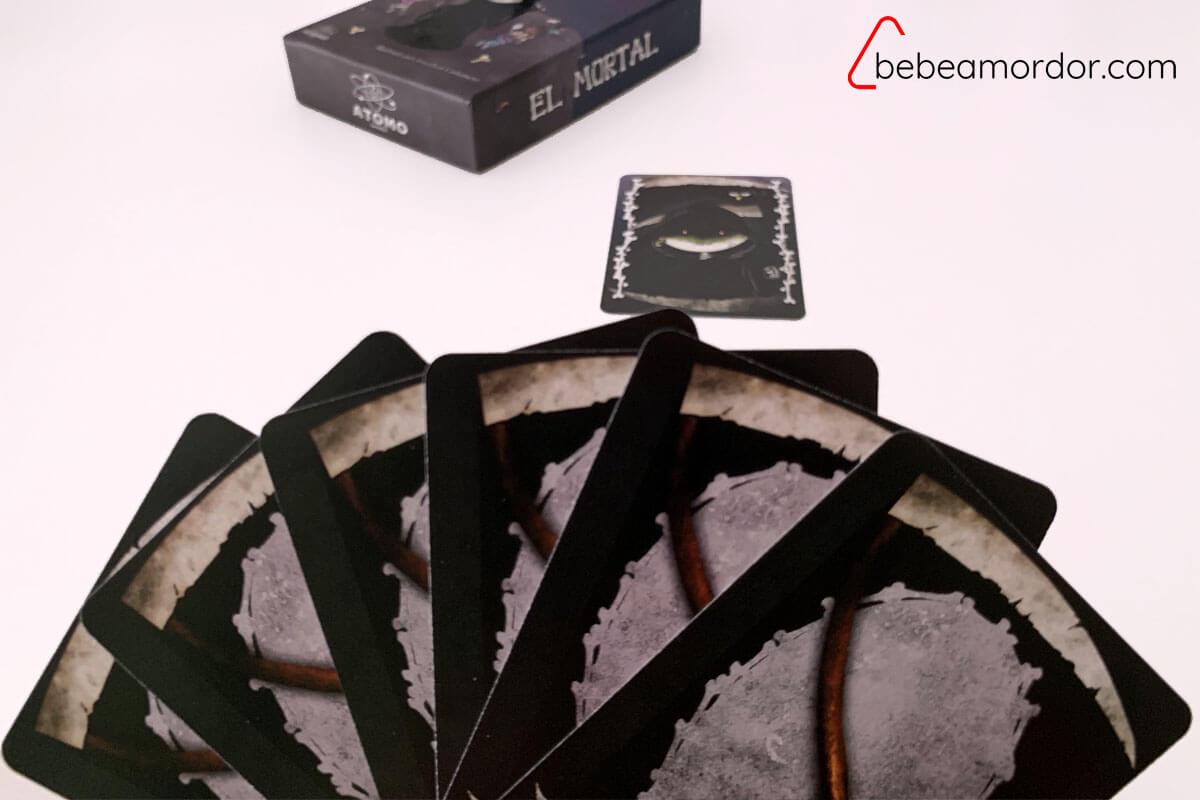 El Mortal 4 carta de muerte y seis cartas preparadas para poner encima formando el montón