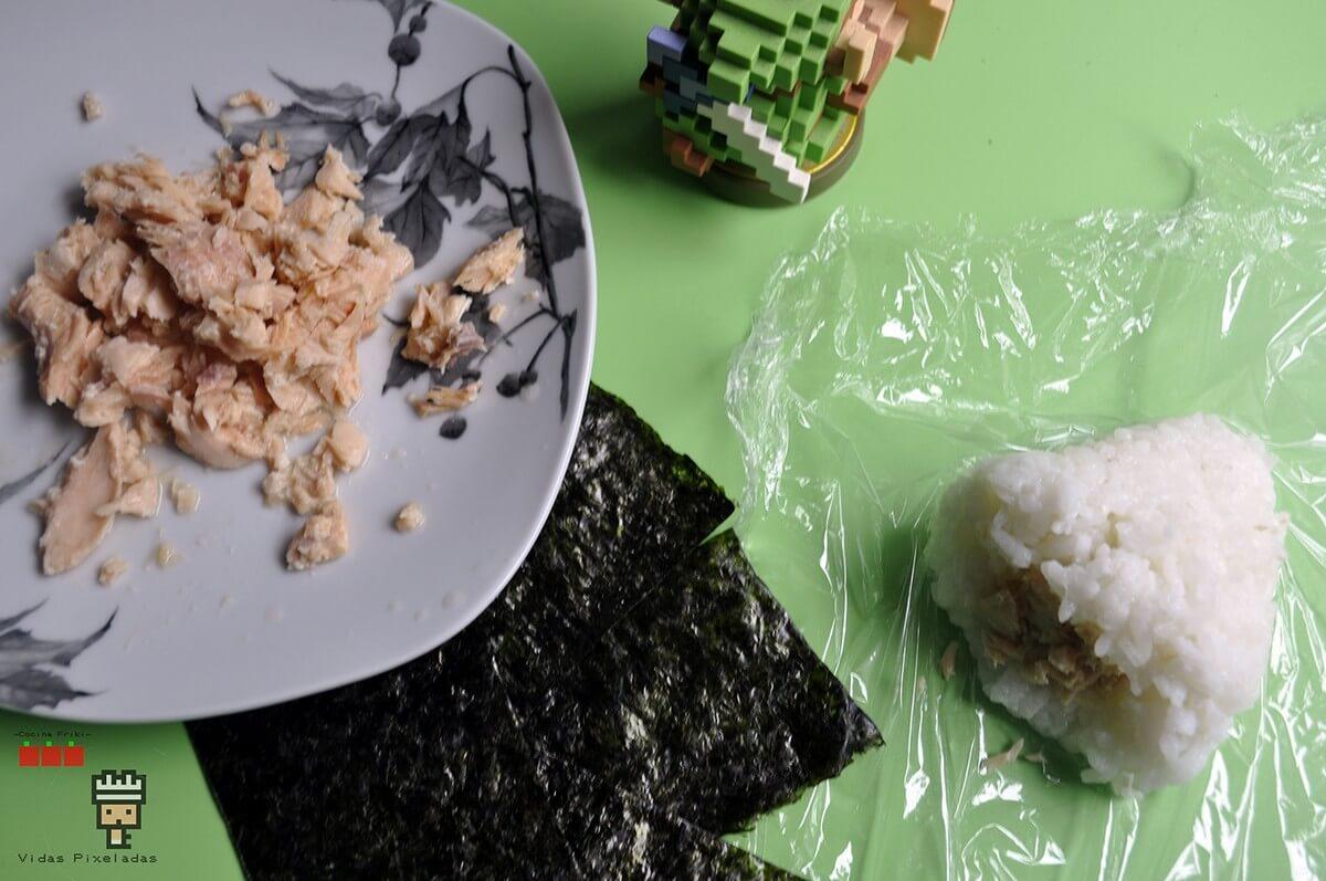 cómo hacer onigiris de salmón Zelda