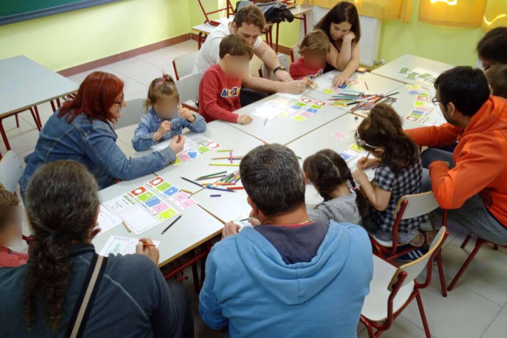 adultos y niños jugando al juego de rol Monster Kit en mesa
