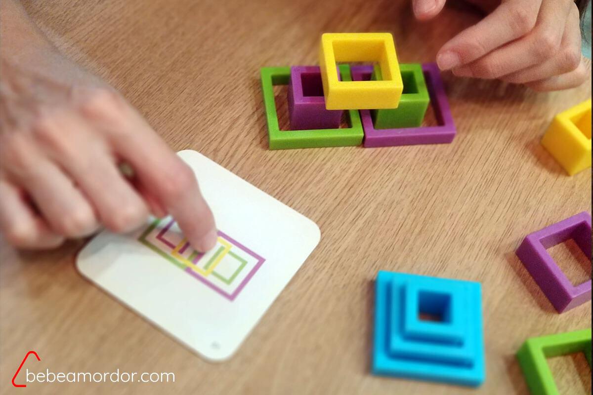 mecánica de juego, señalando la tarjeta con la mano una vez finalizada