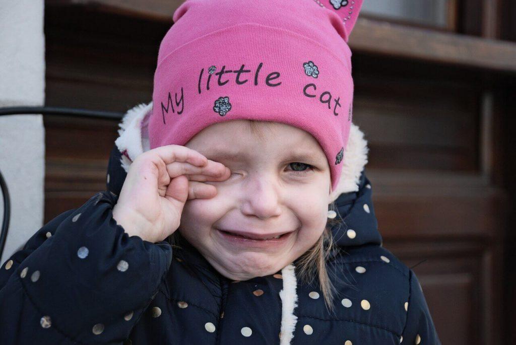 Niña bebé llorando - aprender a tolerar la frustración
