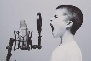 Niño frustrado grita y llora