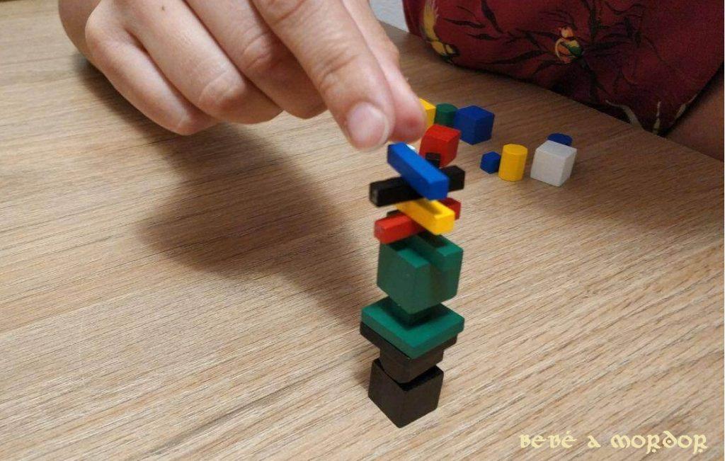 Juls colocando piezas en la torre según instrucciones juego de mesa Splash