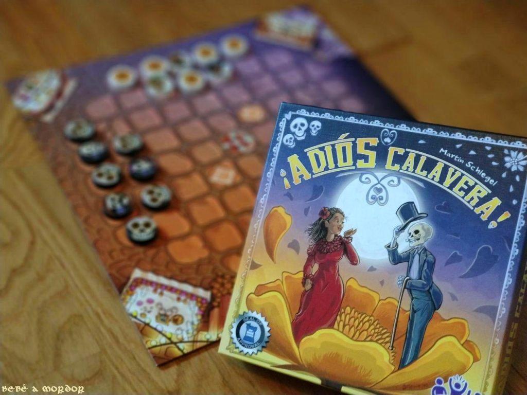 vista perspectiva juego de mesa Adiós Calavera y caja en primer plano