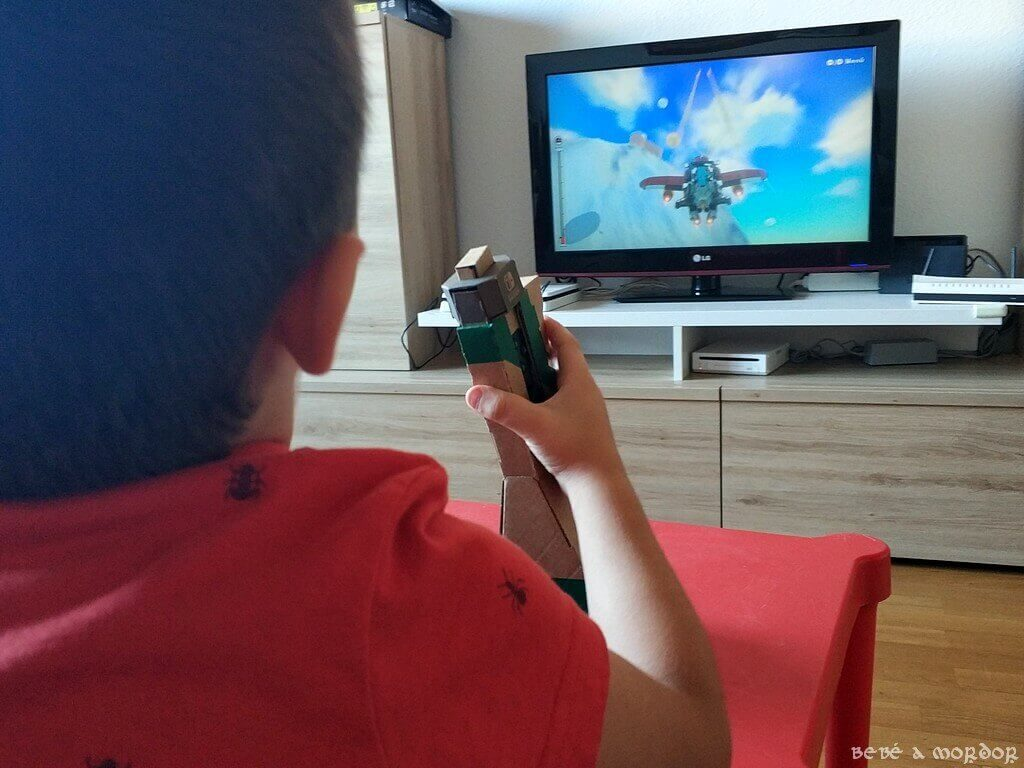 niño jugando con avión Nintendo Labo