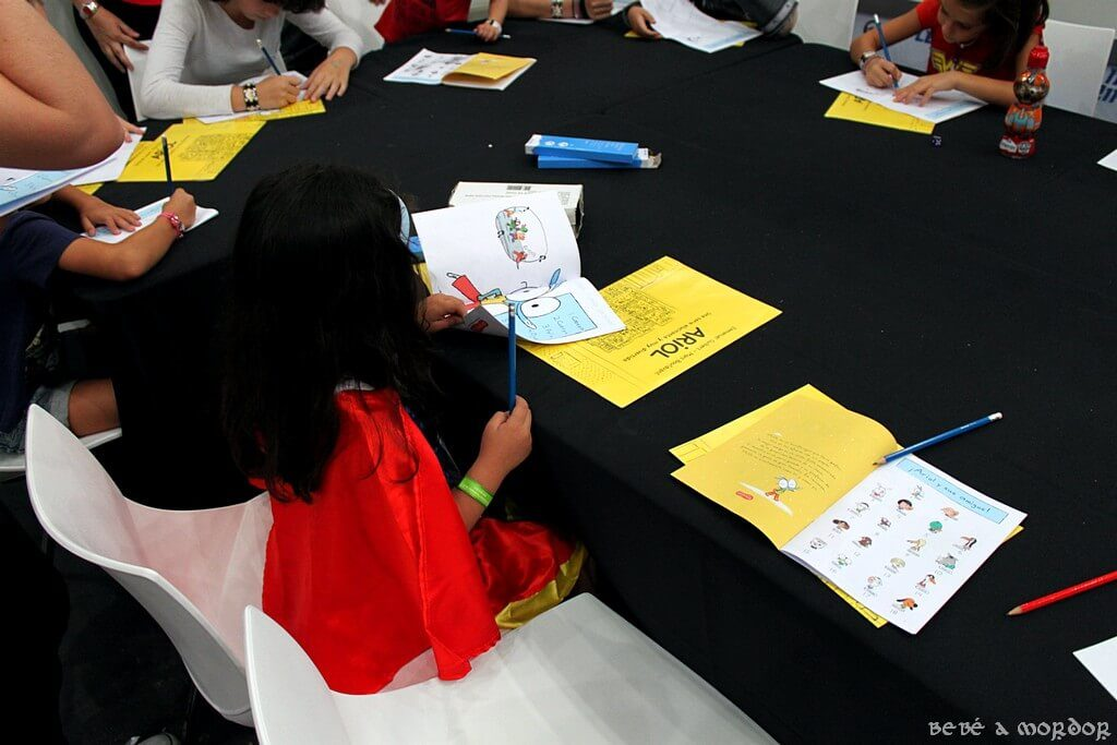 niña dibujando cómic con disfraz de Wonder Woman