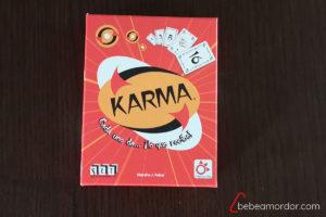 Foto de la portada de la caja de Karma sobre un fondo marrón.