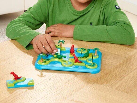 niño jugando al juego de lógica dinosaurios islas misteriosas