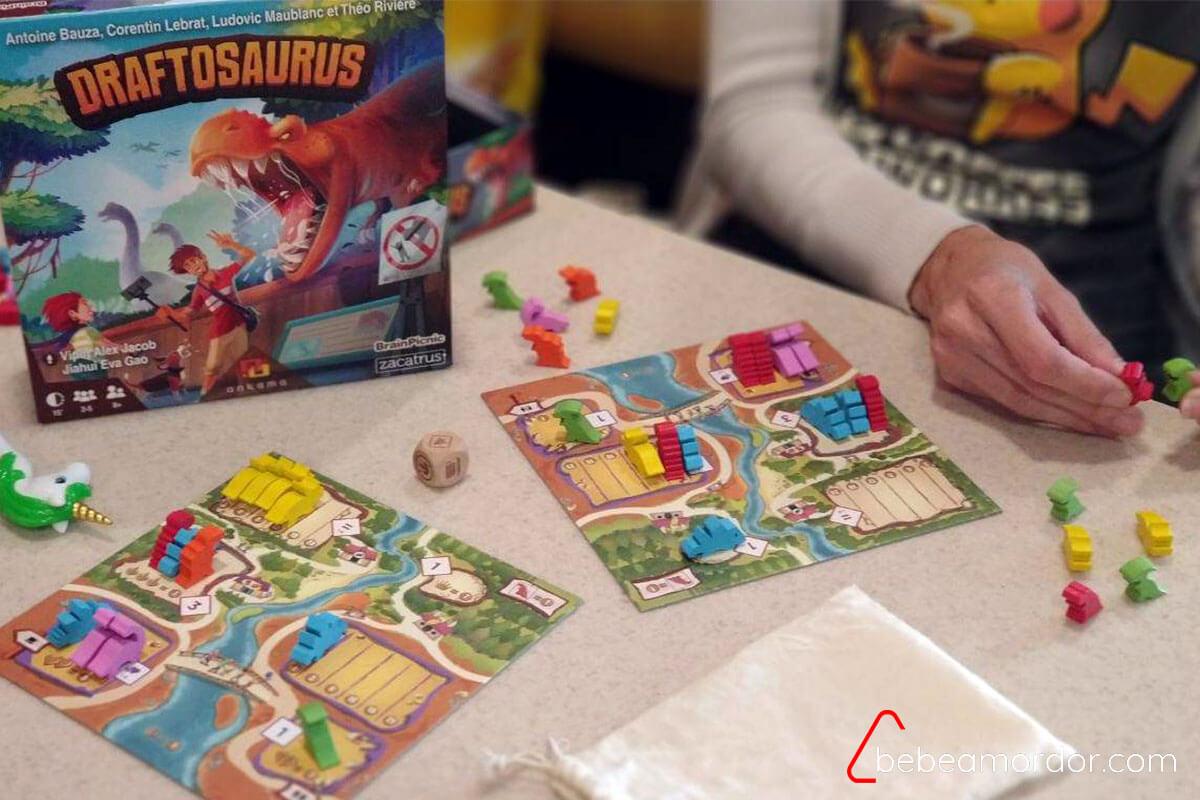 jugando al juego de mesa de dinosaurios Draftosaurus