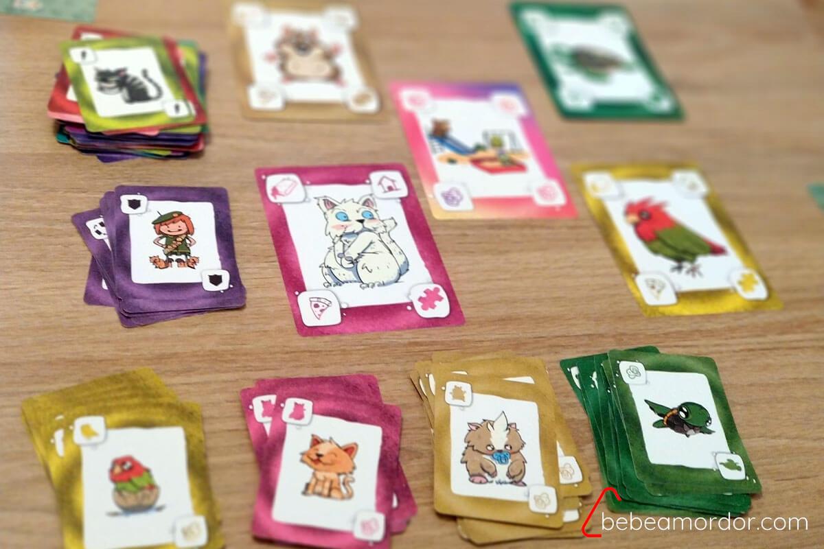 selección de cartas en la preparación de la expansión de Más Mascotas