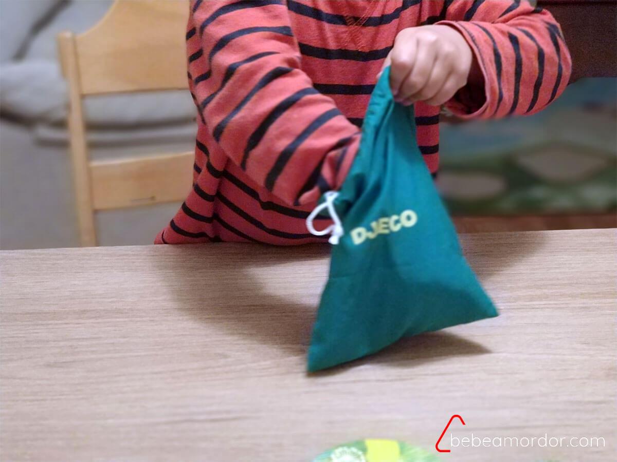 niño metiendo la mano en la bolsa