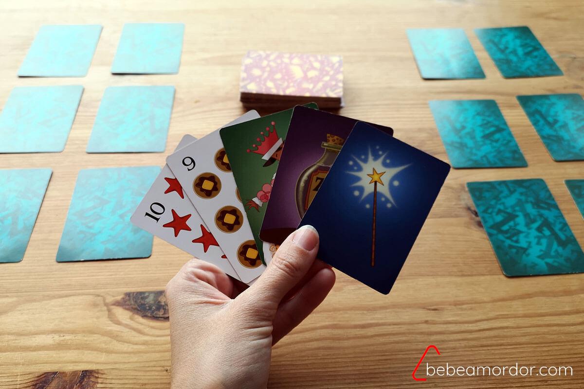 Ejemplo de las 5 cartas en la mano de una jugadora de Reinas Durmientes