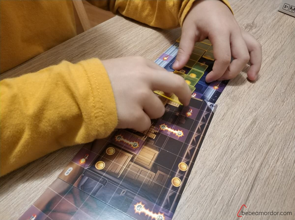 colocando fichas juego de mesa Jetpack Joyrde