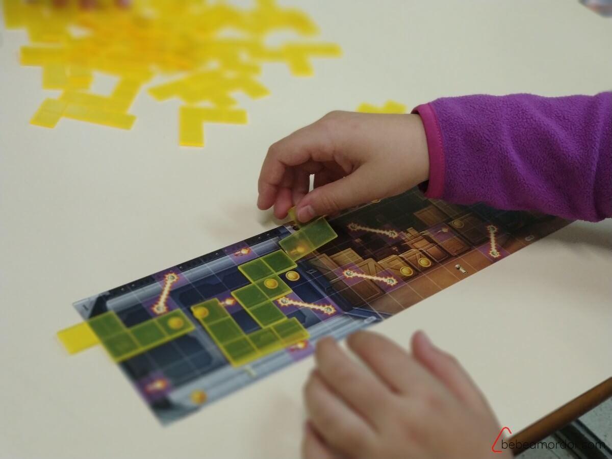 niña jugando a Jetpack Joyride