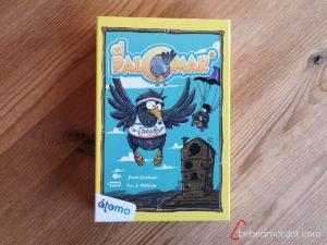 Caja del juego sobre un fondo marrón.
