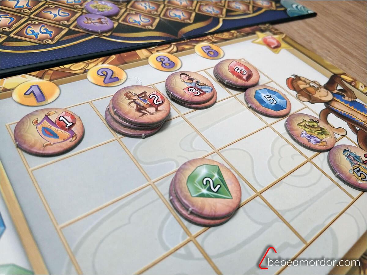 3 fichas apiladas en el tablero de Aladino y la cueva de las maravillas