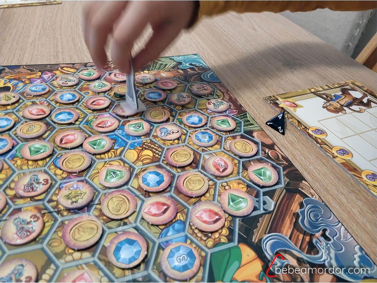 cómo se juega al juego de mesa Aladino moviendo peana