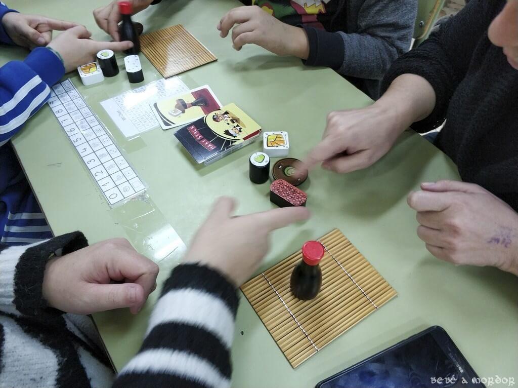 familia jugando a Maki Stack party Mercurio