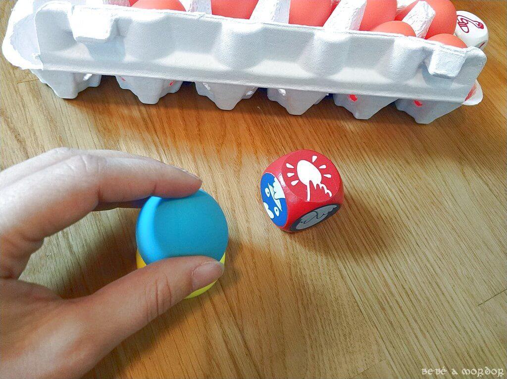 dado de acción rojo Crazy Eggz y huevo azul