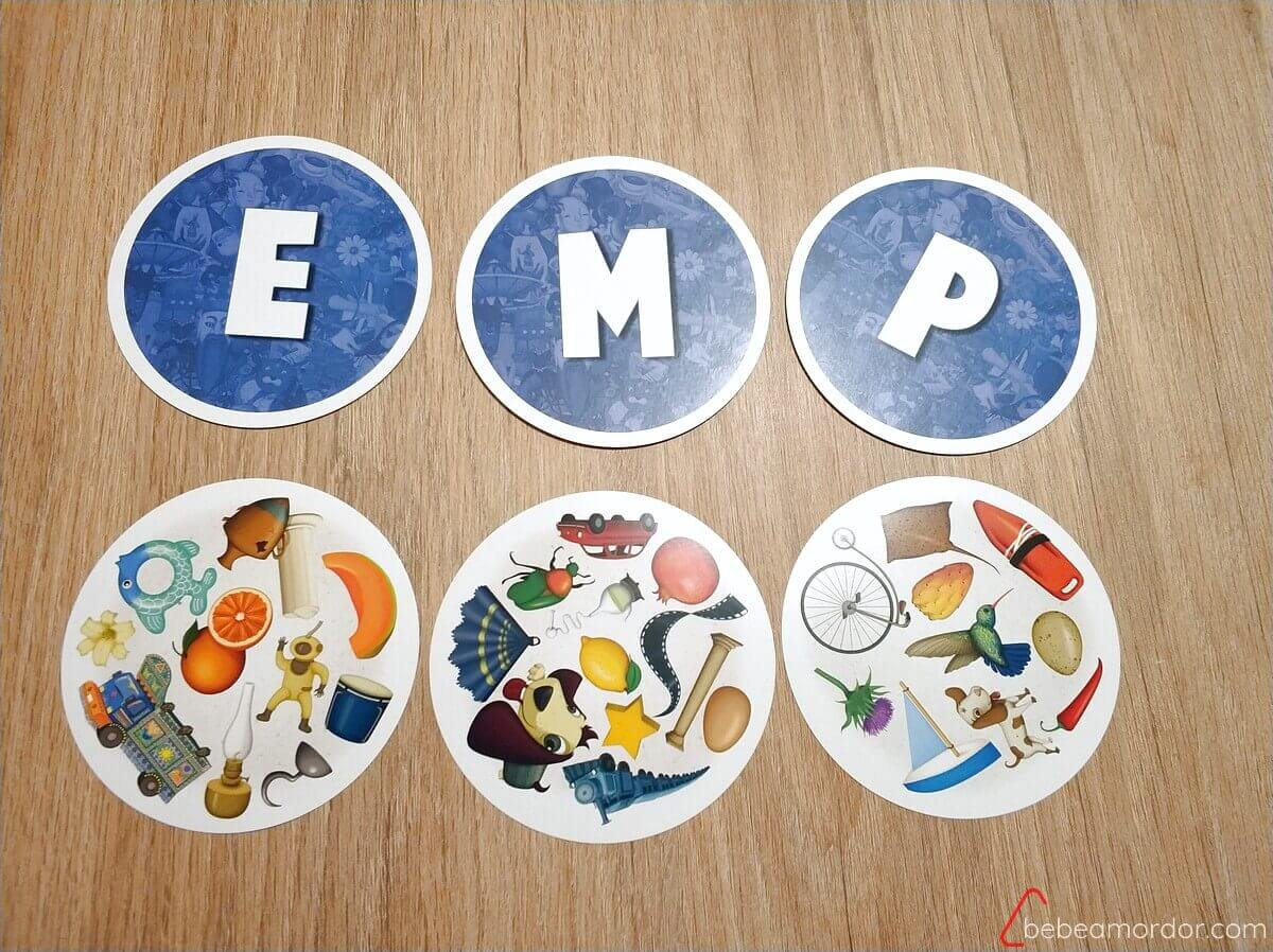 varias cartas con letras y objetos
