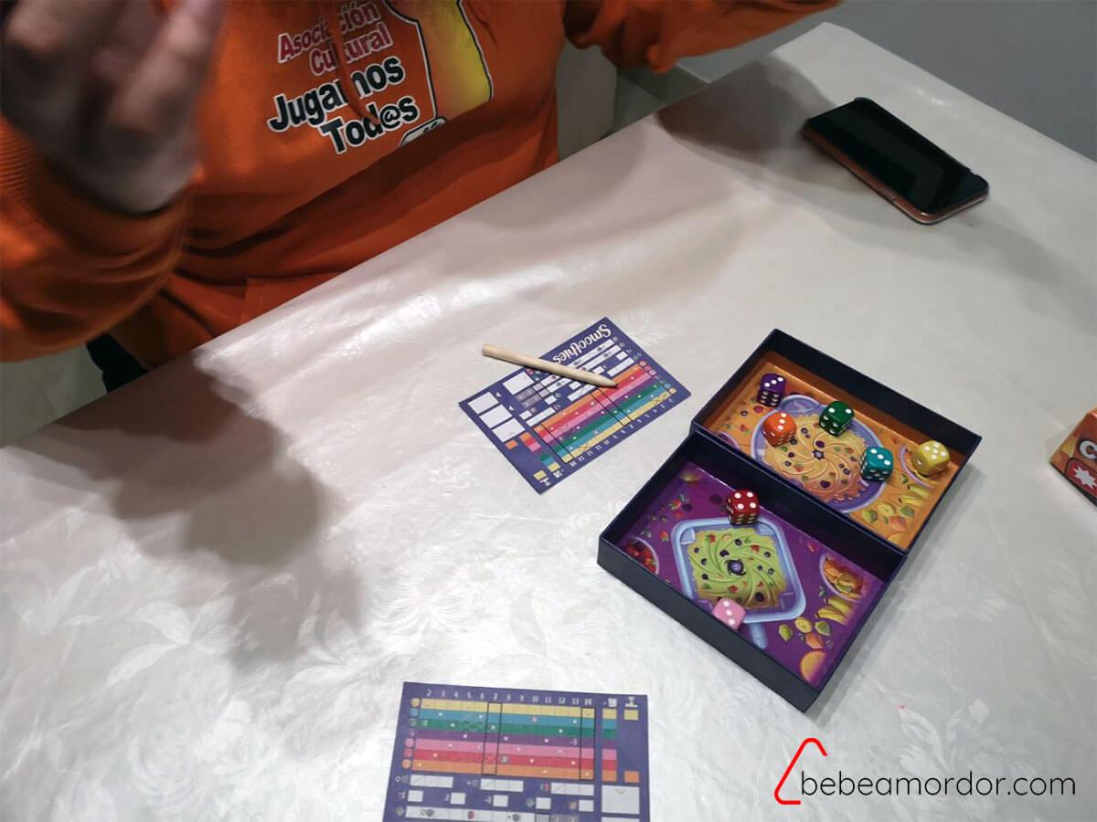 partida al juego de mesa Smoothies de Llama Dice y Ludonova