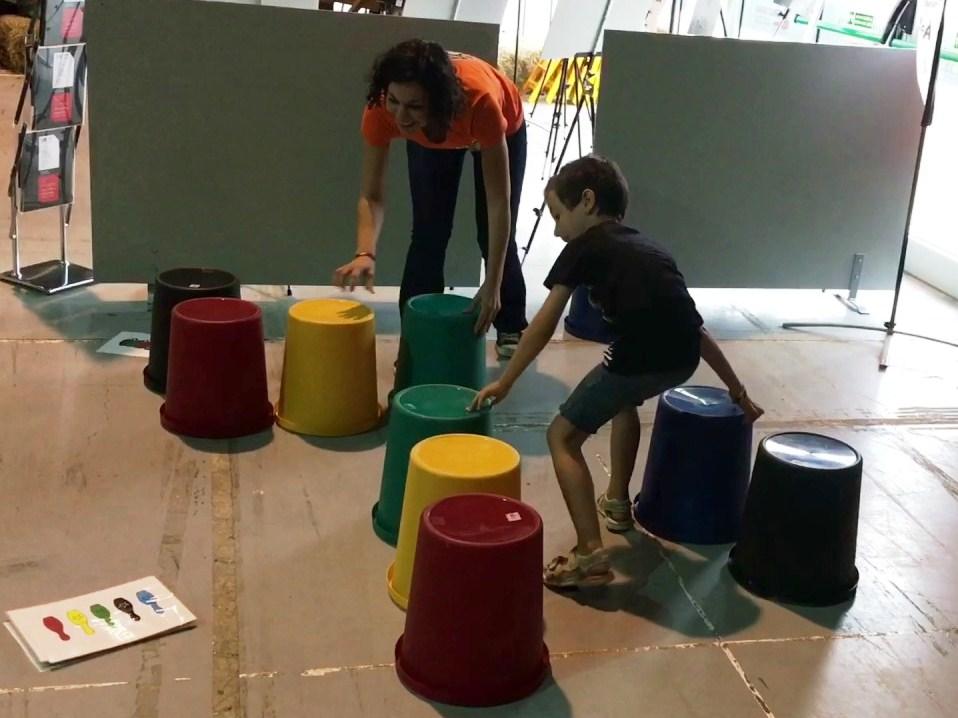 Julia y un niño jugando al juego de mesa Speed Cups gigante