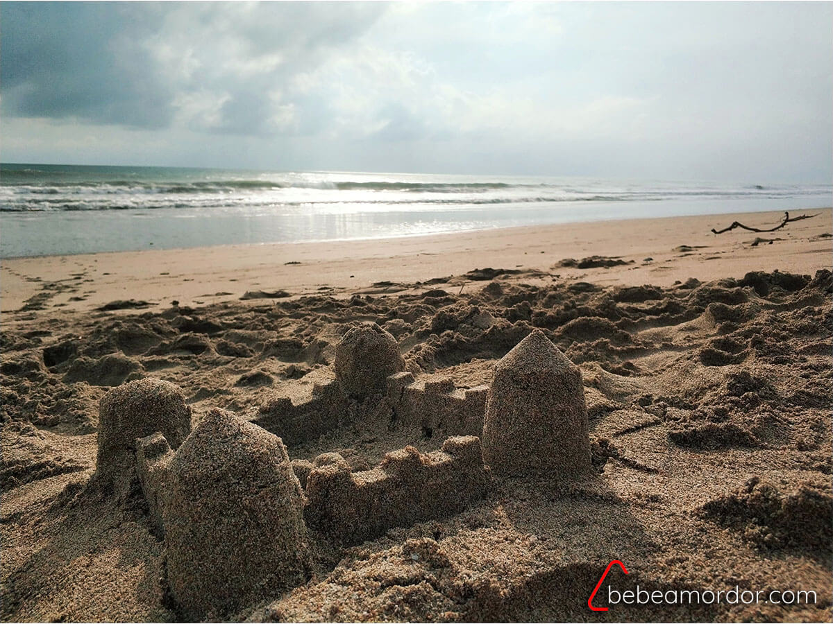 castillo de arena en la playa de Koh Lanta en Tailandia