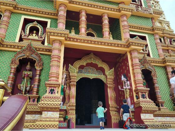 detalle del Templo Wat Bang Thong en Tailandia con niños entrando
