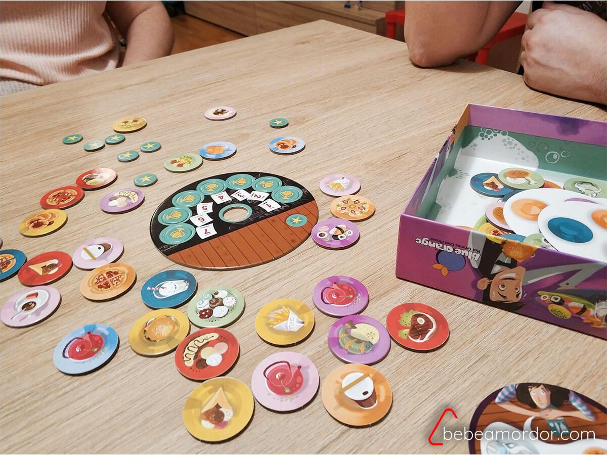 Jugando al juego de mesa Panic Diner cooperativo familiar.