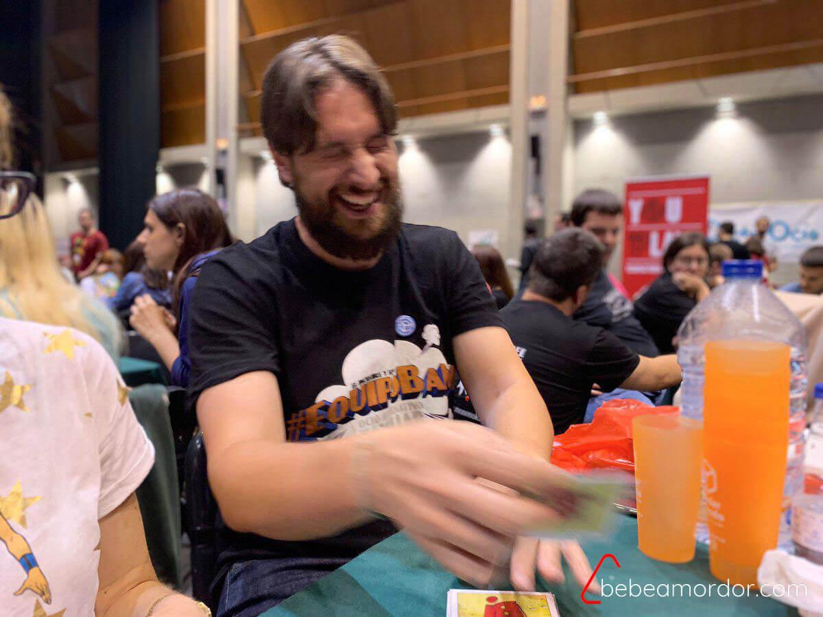Marc Travé, persona seria y respetabe, jugando a Berridos.