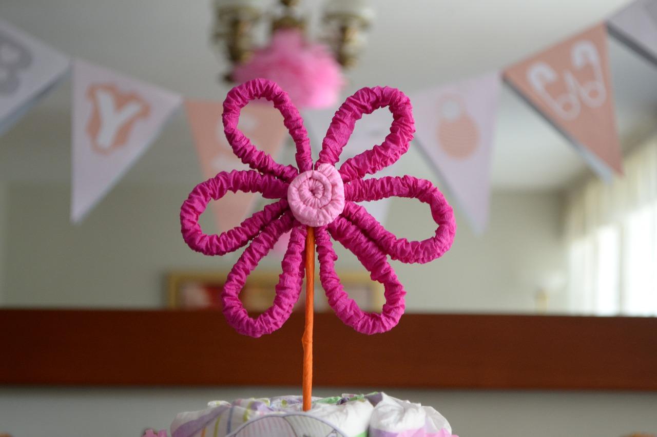 Adorno tarta de pañales de bebé como regalos originales para un bebé.
