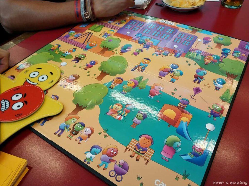 jugando al juego de mesa Emo Park