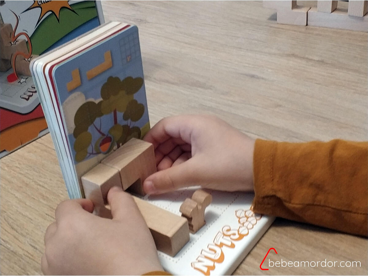 niño jugando a Nuts de Cayro.
